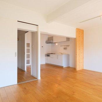 キッチン横の冷蔵庫置き場はむき出しに見えないようにパーテーションが!