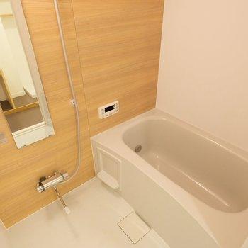 お風呂もリノベーション時に交換済み!木目調シートがポイント◎