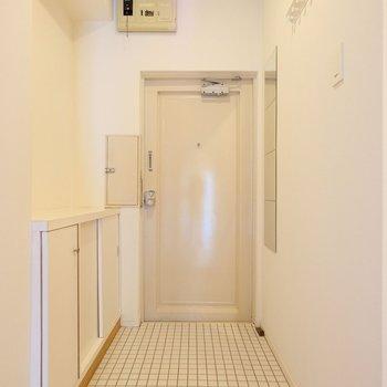 お部屋に入った瞬間に明るい景色が広がるよう、白いタイルを使った開放的な玄関です!