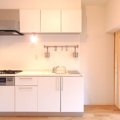 ホワイトの豪華なシステムキッチン※写真は前回募集時のものです