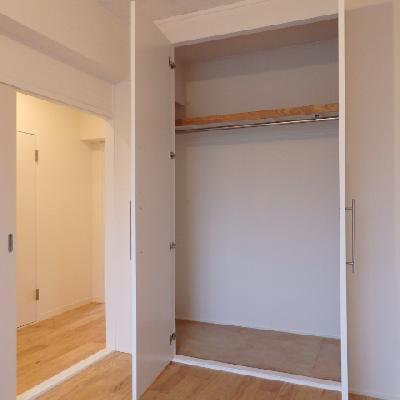 こちら玄関横の部屋。子供部屋などに使えますね