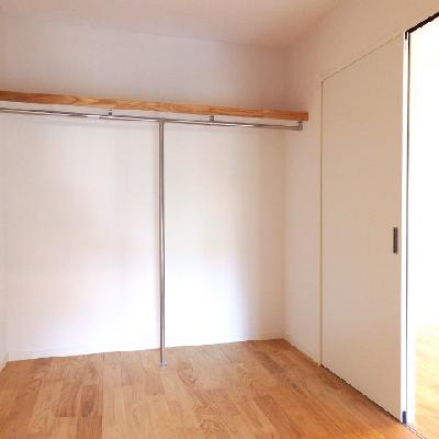 リビン横の寝室スペース。幅2150なのでベッドは縦にも置けます。オープン収納で邪魔にならないように