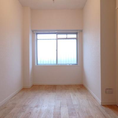 玄関横の部屋。ダブルベッドも置けます※写真は前回募集時のものです