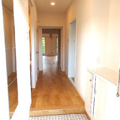 玄関には白のタイルがお出迎え