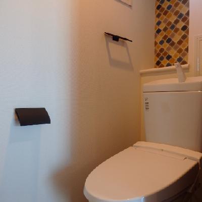 トイレには可愛いタイルが張ったりました ※写真は別部屋