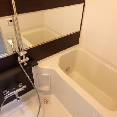 横長の鏡がホテルライクで贅沢!