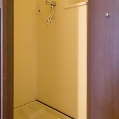 洗濯機置場は扉を閉めて隠せます。