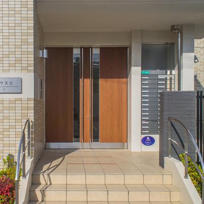 建物入り口横にポストもあります。