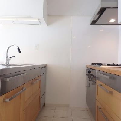 キッチンも収納たっぷり、床はタイルなので掃除もさっとし易いですね〜