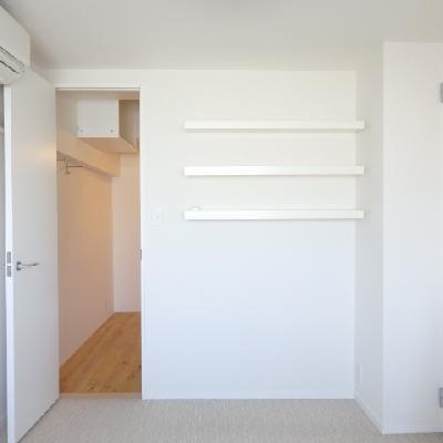 洋室にも、もちろんエアコン付き。3段の小棚にはお気に入りの本を置こうかな。