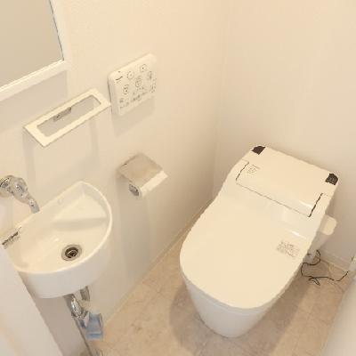 タンクレスのウォシュレットトイレと小さな洗面まで。