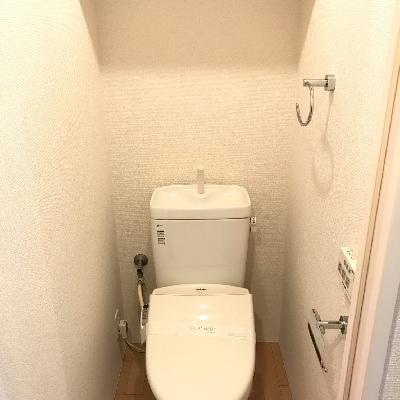 トイレも普通ですが扉は赤いのです