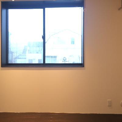 部屋の割には大きめの窓