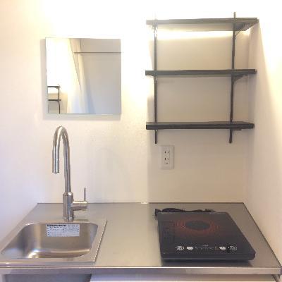 キッチン上には鏡と棚が