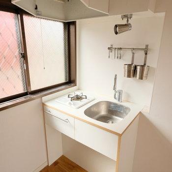 コンパクトでもお部屋を邪魔しないデザインのキッチン!※写真はクリーニング前です。