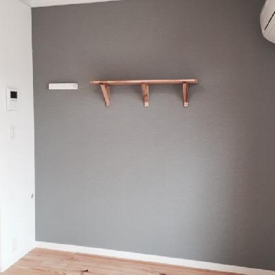 アクセントクロス部分に、ブラケットの棚がつきます!※写真は前回施工のお部屋です。