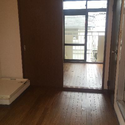 2つに仕切っている扉は取り外してしまいます!※写真は工事前のお部屋です。