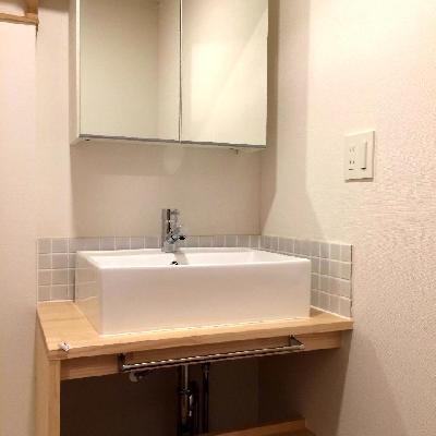 タイル張りの可愛らしい洗面台を設置※写真は別部屋