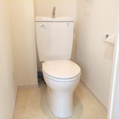 ゆったりトイレ、白で落ち着いた雰囲気