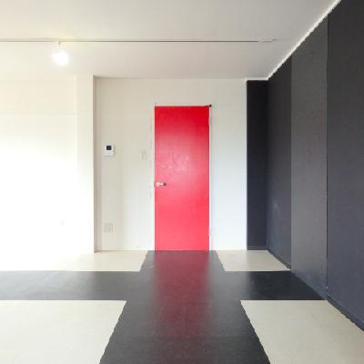 赤い扉、ブラッククロスの床
