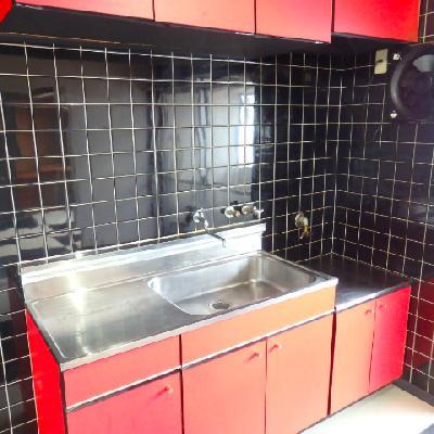 赤キッチンに黒タイル。すごいコントラストですね