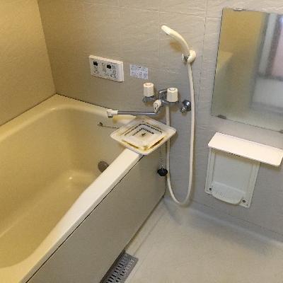 お風呂は水栓、ミラーの交換をします※画像は工事前です