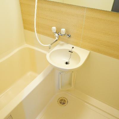 お風呂は2点ユニットに鏡を付けました!