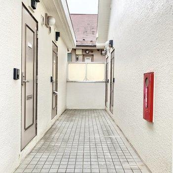 玄関前共用部。ホワイトの清潔感ある空間です。