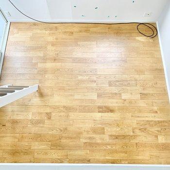 見下ろせば、広がる無垢床がステキ!