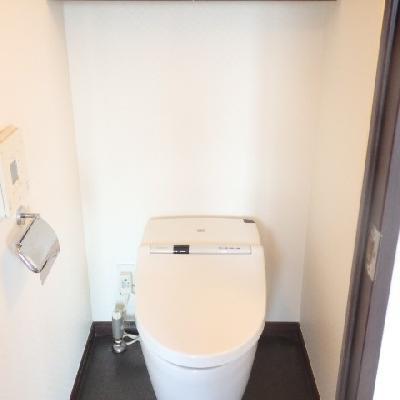 トイレには洗面台と同じ手洗いがついています