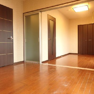 ドアはシックなデザインです。
