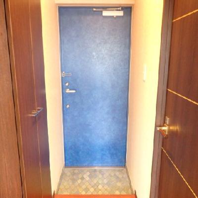 青いドアが目立ちますね!