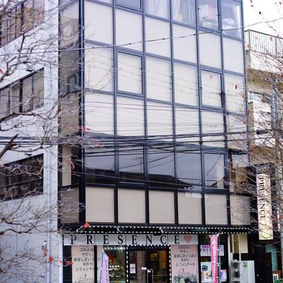 建物はこちらの奥です。1階はシフォンケーキ屋さん!