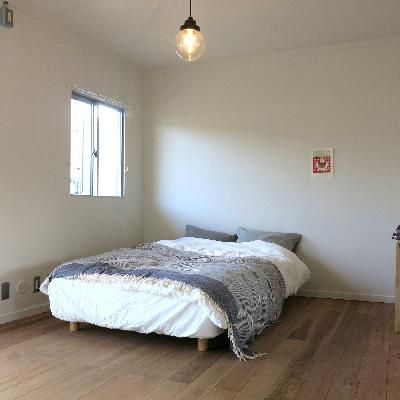 2階の寝室はベットを置いただけなのに絵になっちゃう。