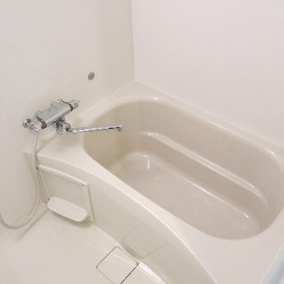 新しいので清潔で白いお風呂です。