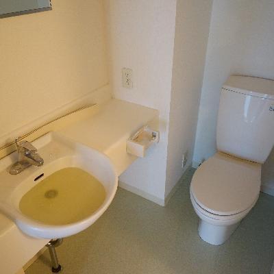 洗面台とトイレは一緒の空間に。