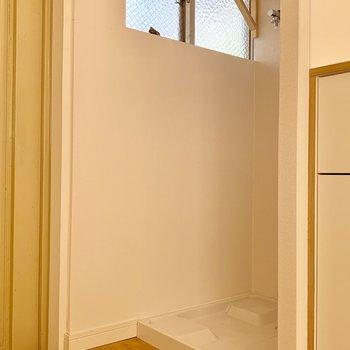 お洋服、脱いだあとは玄関横の洗濯機へ◎