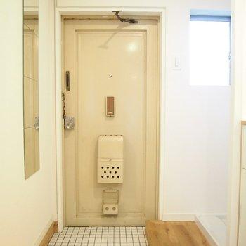 【玄関】姿見のついた玄関は白いタイルで爽やかに〜!