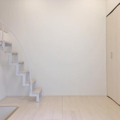 反対側です。おっと、階段がありますね。