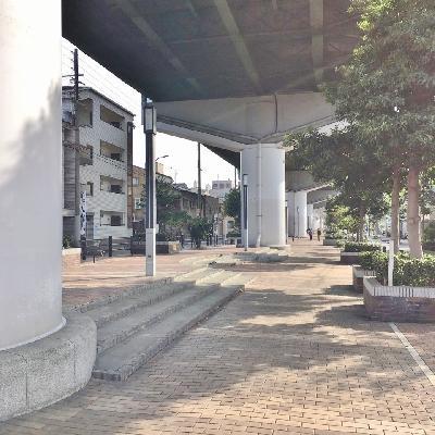 物件の前は阪神高速の高架下。整備された気持ちのいい空間です。