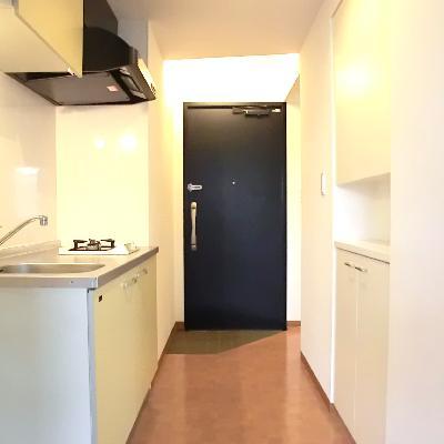 キッチン部分。玄関は丸見えのスタジオタイプ。