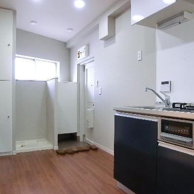奥が洗濯機置き場。横の収納もポイント高い〜。