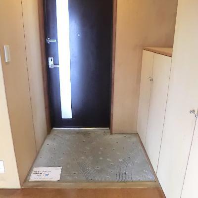 玄関も広い。土足エリアのコンクリがいい感じ。