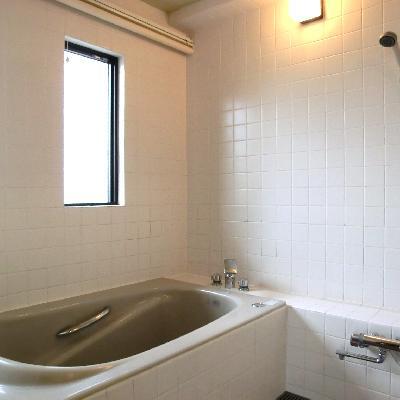 お風呂豪華!!窓もスタイリッシュなデザイン。ロールスクリーンで目隠しできます。