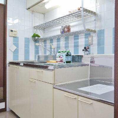 左からも右からも入れるスルー型キッチン。