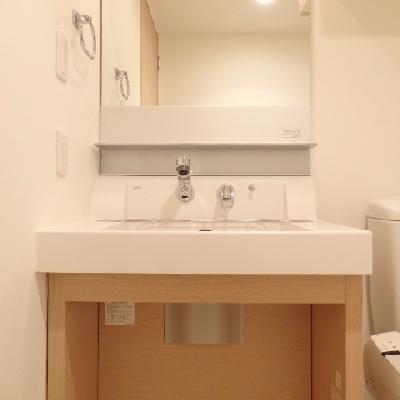 洗面台には大きめな鏡