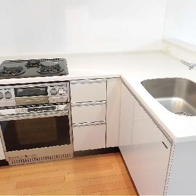 L字のキッチンはオーブン付き