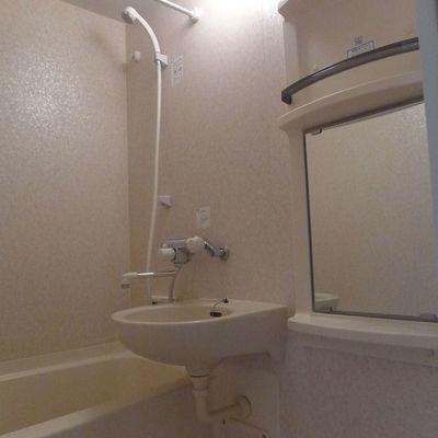 棚が便利そうな浴室