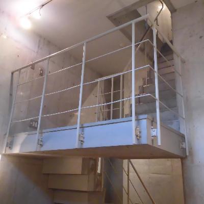 お部屋の中にこんな立派な階段が!?