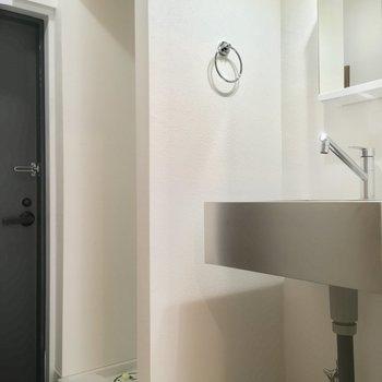 玄関とサニタリー。洗濯機置場はこちら!※写真は前回募集時のものです